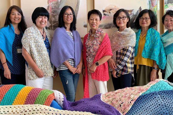 編織圍巾聚會為有需要和受傷的人